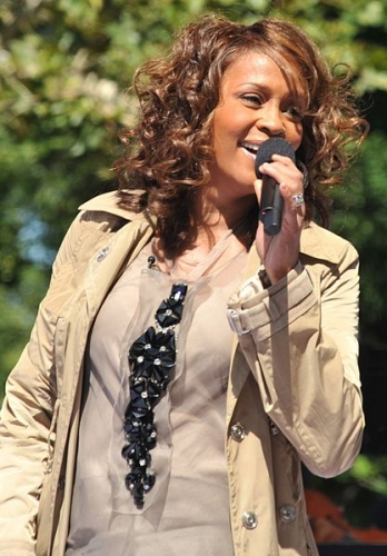 Whitney_Houston_performing_on_GMA_2009_4.jpg